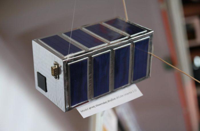 2011: Prvý model (maketa) satelitu ešte ako 2U